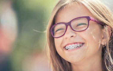 girl wear glasses